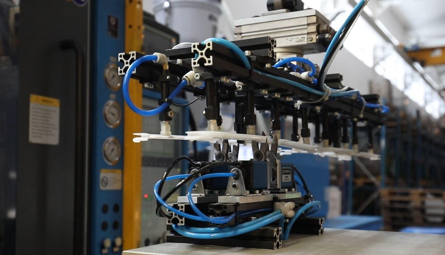 Robot - injection molding machine, injection molding, production of details, plastics, wtryskarka, wtryski, produkcja detali, tworzywa sztuczne,