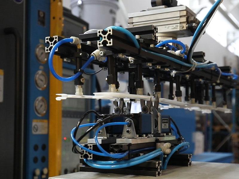 Manipulator - Cerplast - wtryskarka, wtryski, produkcja detali, tworzywa sztuczne,